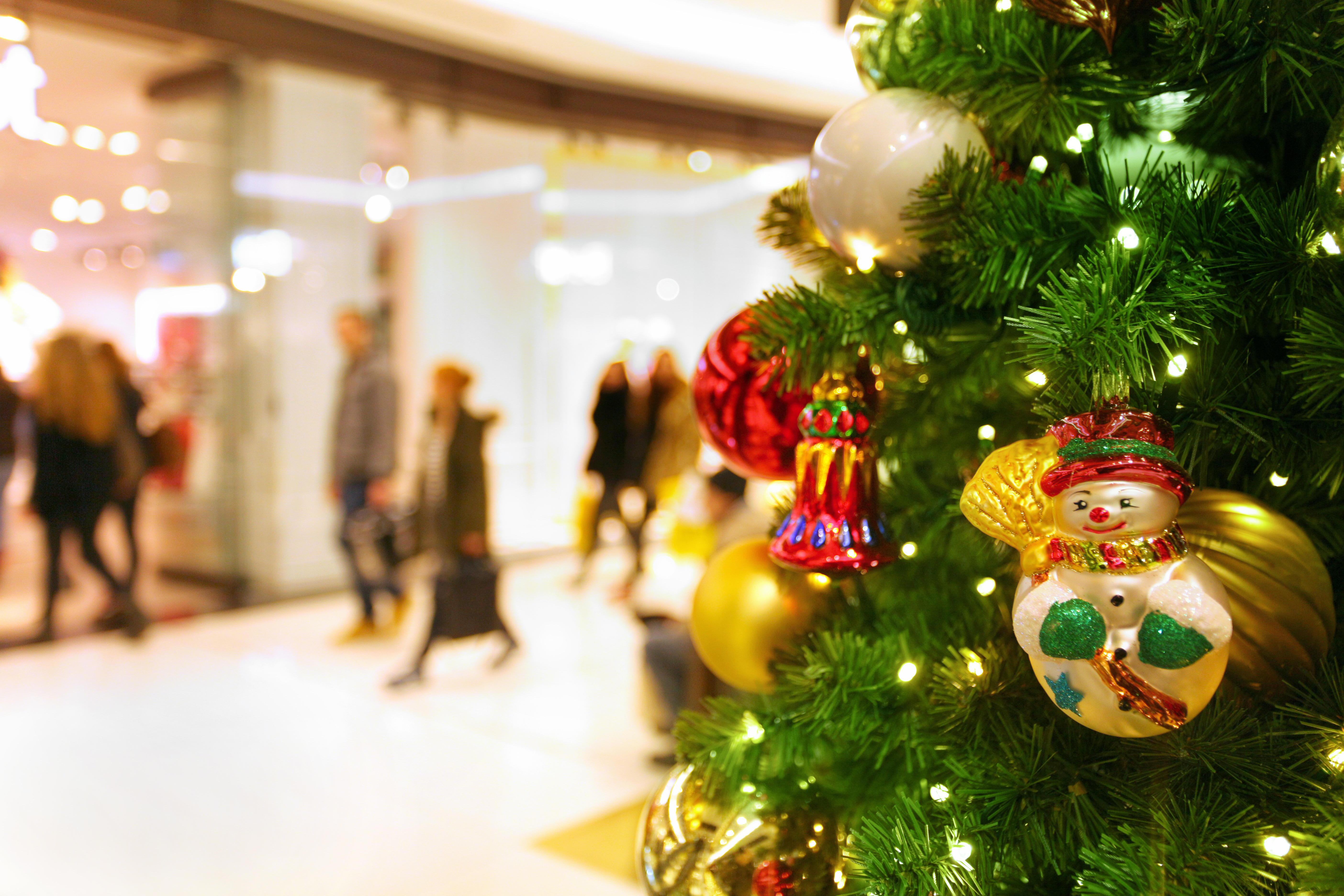 3 Reasons Commercial Building Owners Should Consider Holiday Decorations